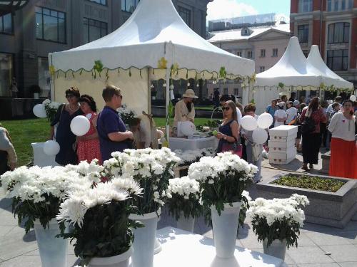 Шатры, где за пожертвование можно приобрести символ праздника - белый цветок