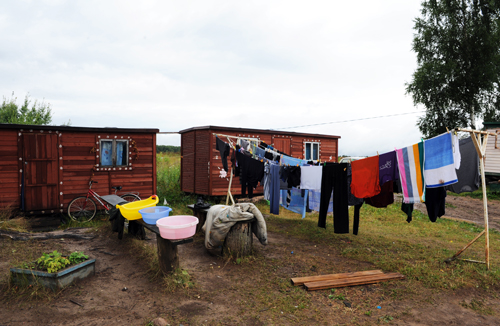 В таких домиках-бытовках живут семьи. Главное – есть электричество и крыша над головой