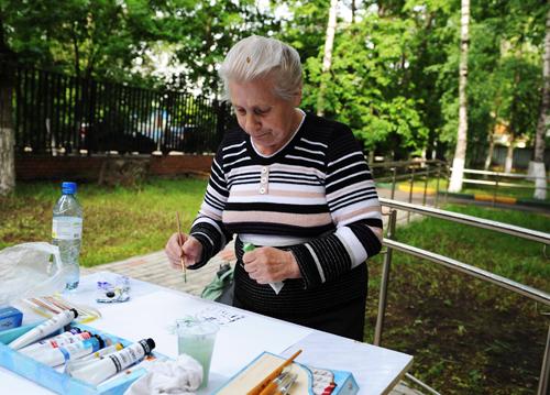 Валентина рисует чудо-елку, которая выросла на пне