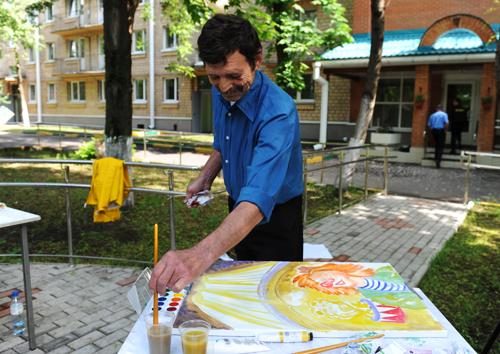 Николай: Я жил в Гомеле, работал там художником на производстве. Попал сюда – и перестал писать. Художнику нужно место, нужен материал. И работы нет. Без регистрации нигде не берут. А я и плотником работал, и столяром. Мне любая работа нужна