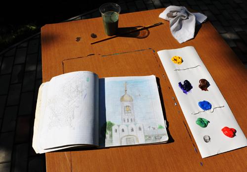 Олег Васильевич показал свою тетрадку с рисунками. Нашли рисунок церкви