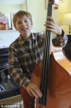Джейми оказался очень музыкально одаренным мальчиком. Он играет на пианино, контрабасе, синтезаторе и органе