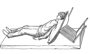 Рис.7. Приподняв пациента можно поставить ему за спину стул с подушкой, так, чтобы человек полусидел в кровати.