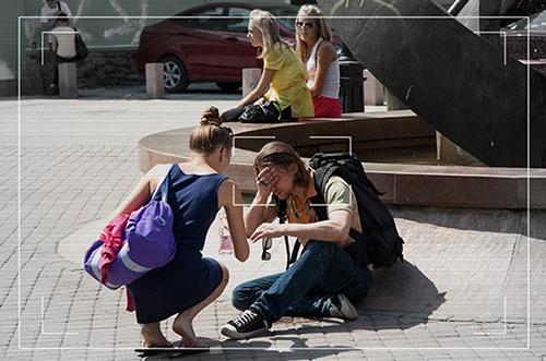 Человеку плохо на улице: правда ли, что россияне проходят мимо?