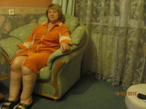 Под юбкой толстые ноги