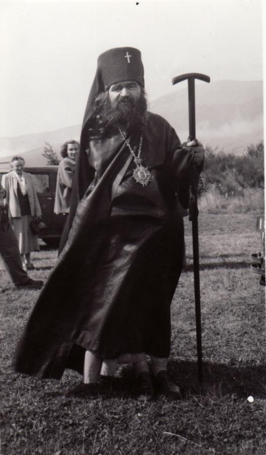 Святитель Иоанн в Сан-Франциско. На фотографии видно, что ботинки он надел на босу ногу