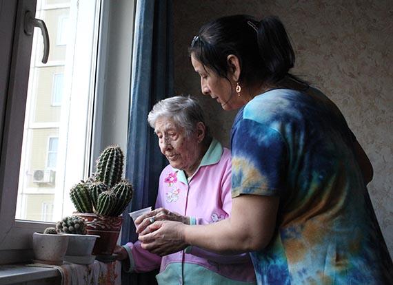 В августе 2014 года старейшей подопечной наших добровольцев Мариамне Борисовне Брокмиллер исполнилось 102 года. Волонтеры «Милосердия» побывали у нее в гостях и поздравили с днем рождения. Фото диакона Андрея Радкевича, //www.miloserdie.ru/articles/102-goda-mariamny-brokmiller-ili-dolgozhitel-vo-dvoryanstve