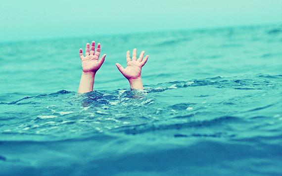 Как спасти тонущего человека и не утонуть самому: советы, правила безопасности и поведения, если упал под лед или тонешь в воде, открытом море, способы оказания первой помощи, виды и причины утопления. Как понять, что тонет взрослый и ребенок: памятка перед купанием