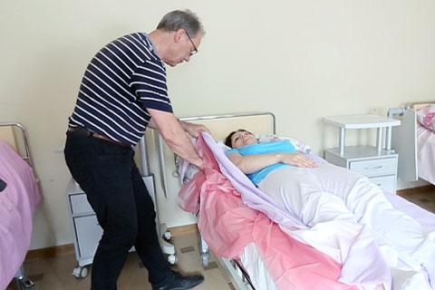 Смена памперсов для ухода за лежачими больными дом для пожилых в волгоградской области