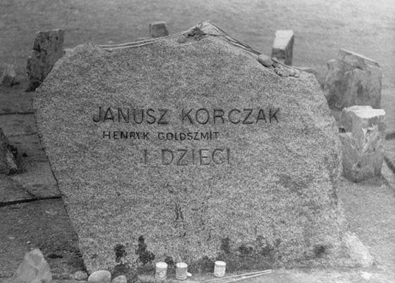 Janusz-Korczak-Memorial-by-Saul-Adereth-500x358