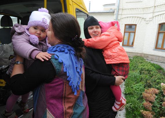 Директор Елизаветинского детского дома Наталья Кулавина (слева) и настоятельница Обители игумения Елисавета (справа) встречают новых воспитанниц