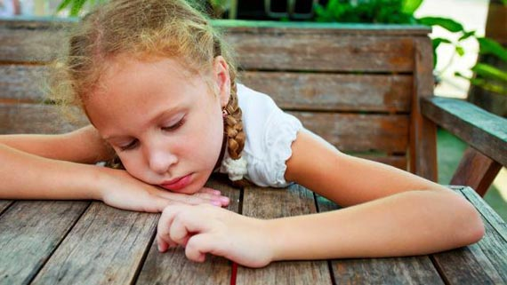 MHT032_sad-child-depression-signs_FS