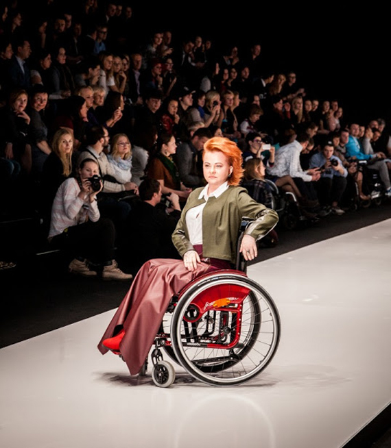 5be9138acb94 Мода в инвалидной коляске  репортаж с подиума   Милосердие.ru