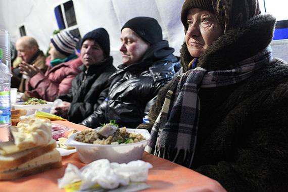 7 января 2015 года, в то время, когда большинство православных христиан отмечает Рождение Христа в кругу родных, в уютной домашней обстановке, тысячам бездомных предстояло встретить Праздник в одиночку, без крыши над головой. Кто знает, может, настанет время, когда еда, кров и тепло найдутся для каждого, но пока хотя бы для некоторых из этих несчастных нашлось место в «Ангаре спасения» на Николоямской улице в центре Москвы: здесь, в теплой тентовой палатке, нарядили раскидистую живую елку, накрыли длинные праздничные столы, сюда пригласили классических артистов – в полдень 7 января Рождественская елка в «Ангаре спасения» началась. Фото диакона Андрея РАДКЕВИЧА.