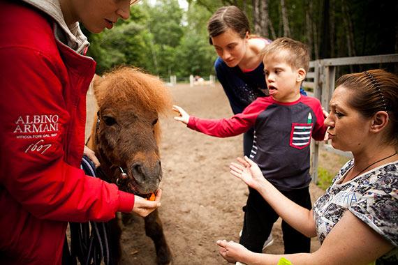 Когда Алена рядом, то и пони погладить не страшно