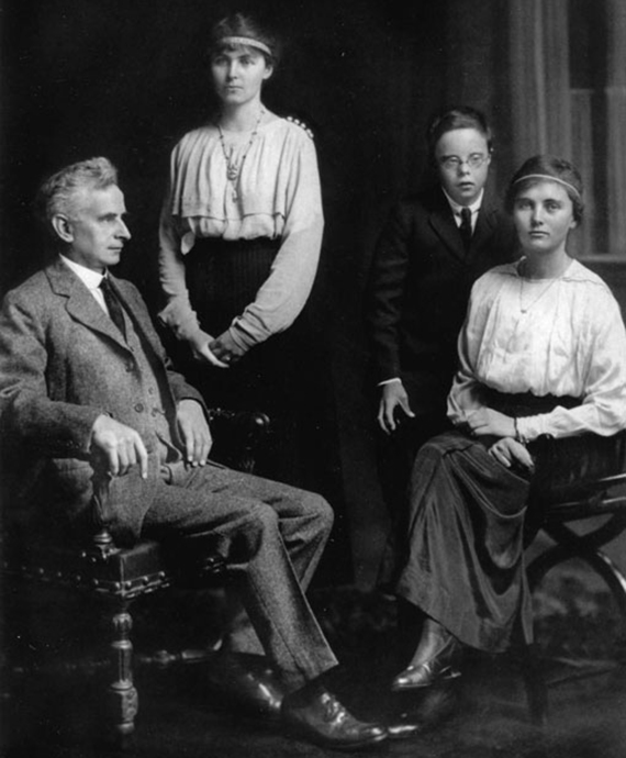 26-Family-group-with-Reginald-John-Stella-Elspie
