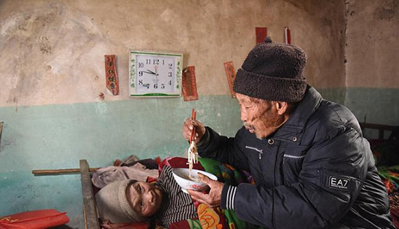 2E9AFA7F00000578-3325744-Selfless_love_The_humble_husband_from_Sunjiayu_village_China_has-a-35_1447956844150