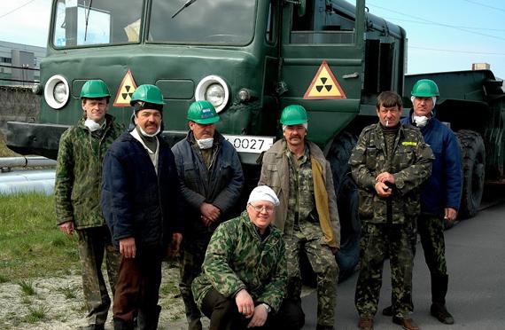 Строительство Чернобыльской атомной электростанции (ЧАЭС) началось в 1970 году в 19 километрах от райцентра Киевской области г. Чернобыля. В том же году в двух километрах от атомной станции был построен город Припять, в котором поселился обслуживающий персонал ЧАЭС -- на момент аварии численность населения города составляла 60 тыс. человек (в Чернобыле проживало 15 тыс. человек). 26 сентября 1977 года первый энергоблок ЧАЭС дал первые киловатты электричества. Спустя 19 лет, в ночь на 26 апреля 1986 года по до сих пор не выясненным причинам произошел взрыв на 4-м энергоблоке, повлекший за собой выброс гигантского количества радиоактивных материалов в атмосферу. В ликвидации последствий аварии на ЧАЭС участвовали около 500 тыс. человек. С первых дней аварии и по сей день вокруг ЧАЭС действует 30-километровая зона отчуждения, в которую можно попасть только по специальному разрешению. Внутри зоны вокруг различных объектов установлены специальные зоны меньшей площади.Фото: Фёдор Шапкин, 2007 год.