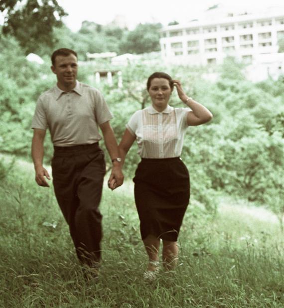 15375 10.06.1961 Первый в мире космонавт, Герой Советского Союза майор Юрий Гагарин (слева) с женой Валентиной (справа) на отдыхе. Юрий Абрамочкин/РИА Новости