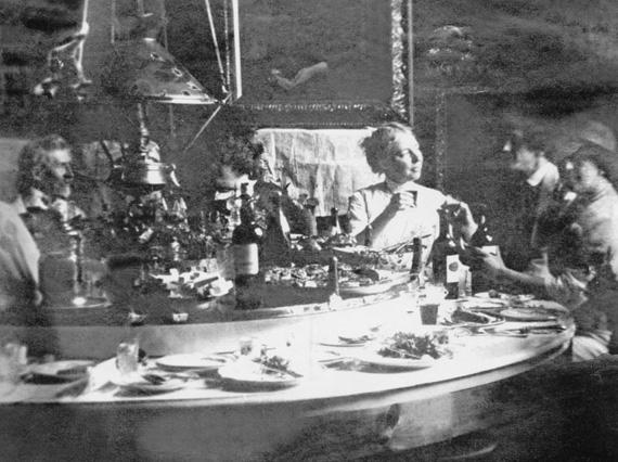 Центральная часть стола крутилась и каждый, вращая её, мог достать любую тарелку с едой, не прибегая к посторонней помощи. В нижней части стола находились ящики, куда гости складывали использованную посуду.