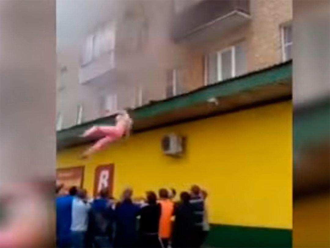МЧс наградит прохожих, спасших на пожаре прыгнувшую с балкон.