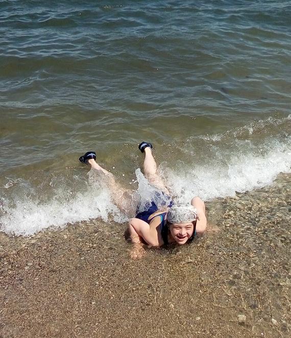 Таня купается