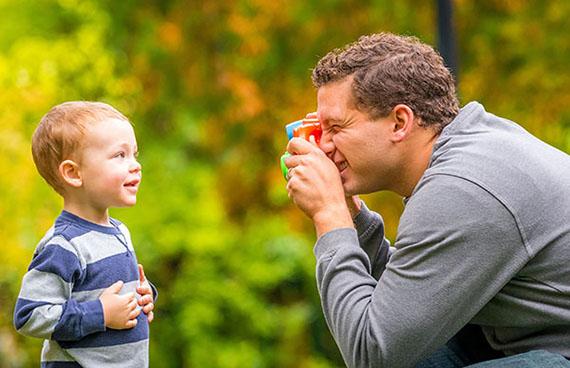 father-son-toyscamera_1709386_inl