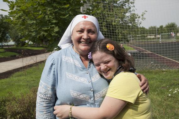 Сестра милосердия и девушка
