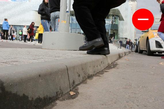 Пешеходный переход через Славянский бульвар. С этой стороны понижения бордюра нет