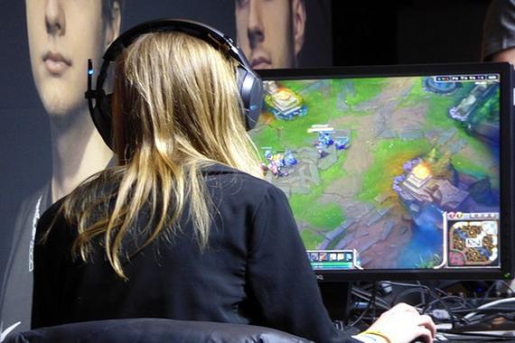 gamer-playing-online
