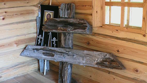 Крест с могилы епископа Петра (Зверева) в часовне на месте захоронения священномученика.Фото с сайта smv-gimnasia.ru