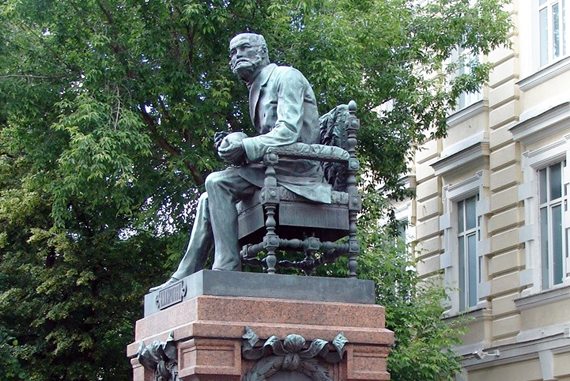 В городе ставят памятники знаменитым людям чтобы изготовление памятников в твери омске