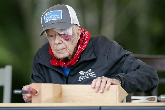 Джимми Картер на стройке. 2019 год. Фото: Mark Humphrey, AP/TASS