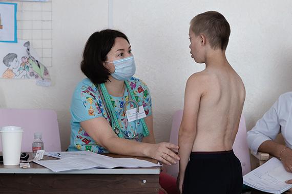 Педиатр фонда Татьяна Иванова и воспитанник ДДИ