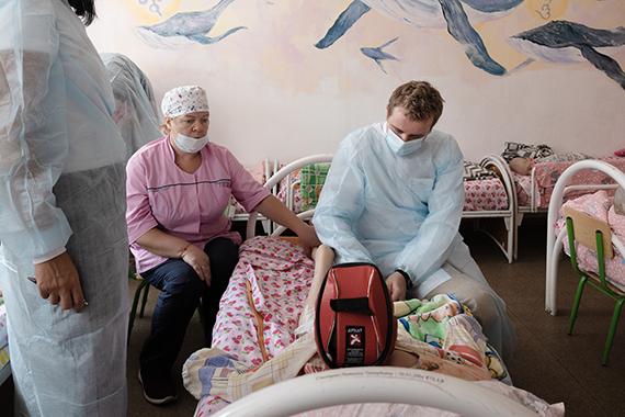Ортопед Андрей Бутенко осматривает ребенка в отделении Милосердия