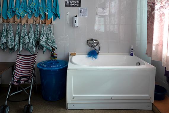 Единственная ванна, которую Михаил купил в палату, где лежит его сын