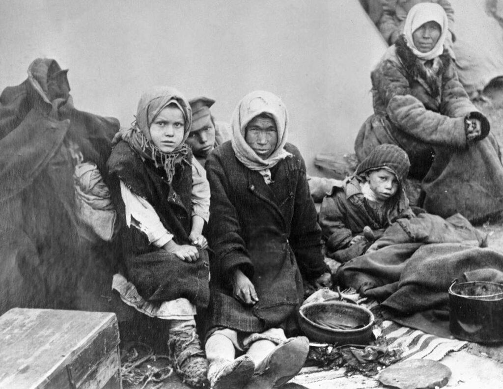 Семья голодающих чувашей. Самара.  25.11.1921 Фото РИА Новости