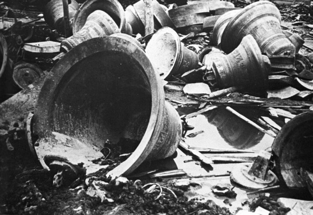 Колокола с Киевских церквей, доставленные на завод «Знамя труда» для переплавки. Украинская ССР. 1922 год